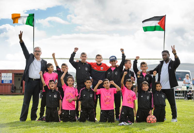 Los niños del Club de fútbol Al-Helal de Gaza, se encuentran de gira en Irlanda posan frente a las banderas de Irlanda y Palestina.. ( Foto John Kelly )