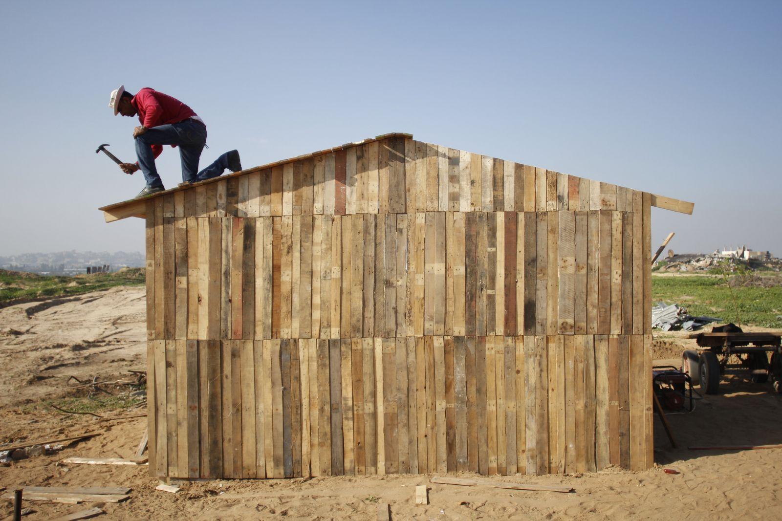 Palestinos en gaza construyen improvisadas casas mientras - Casa de materiales de construccion ...