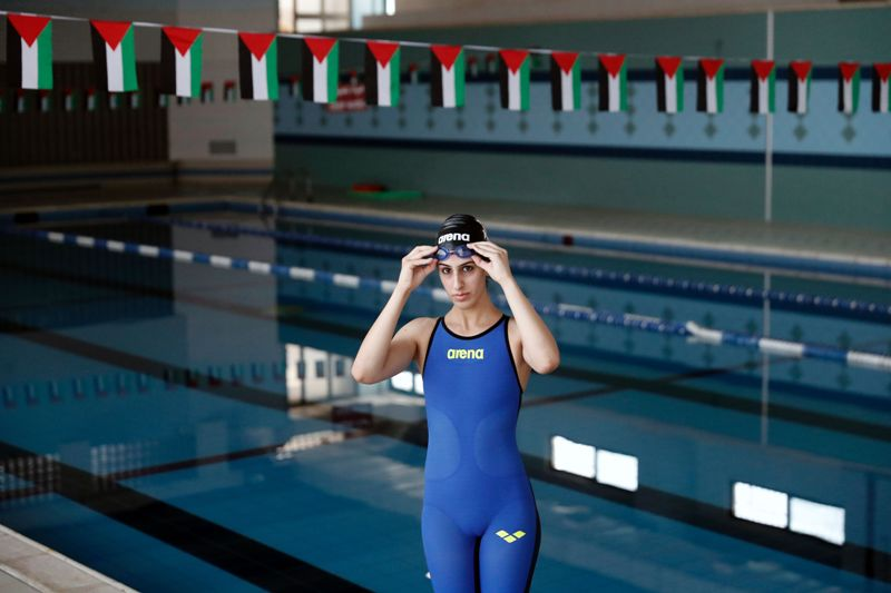 Pese a la ocupaci n israel nadadora palestina llegar a for Piscina 50 metros pontevedra